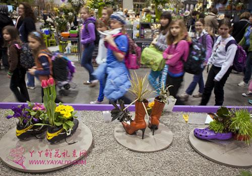 在位于多伦多的加拿大国家会展中心,观众参观种在鞋里的花草