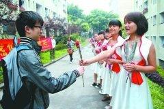女生着盛装送鲜花庆4月9日男生节