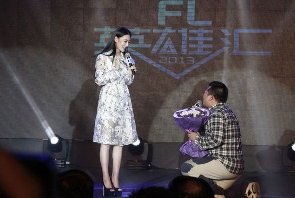 图为张馨予现身游戏发布会,男粉丝手捧鲜花示爱。