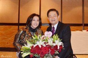刘晓庆婚后庆生 老公浪漫送花
