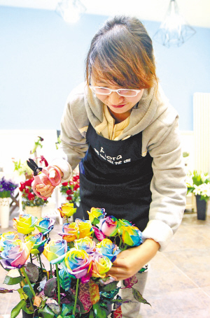 图一、鲜花市场工作人员正在打理彩虹玫瑰