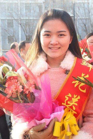 """3月5日,志愿者冒着严寒手捧鲜花准备送给身边""""雷锋"""""""