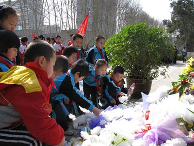 小学生到烈士陵园扫墓