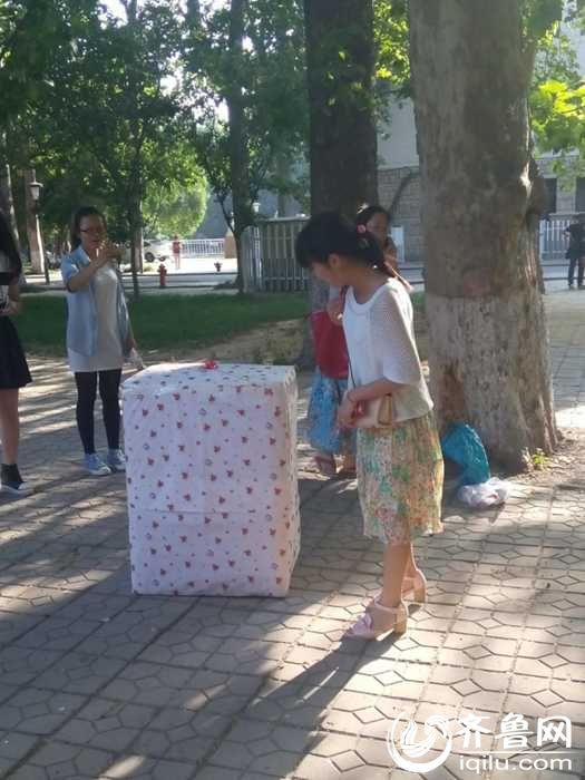 """曲师大男生""""5·21""""模仿琼瑶剧捧鲜花藏身纸箱向心仪女孩表白"""
