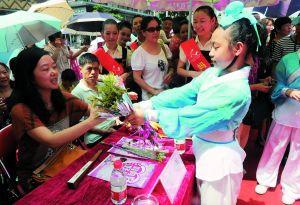广州:感恩父母,六一孩子献花