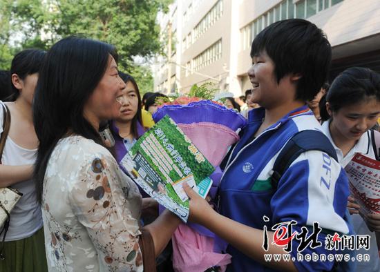 石家庄考生高考后收到妈妈送的生日鲜花