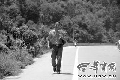 爱的表白:汉中男子手捧鲜花步行20公里只為向心爱女生表白