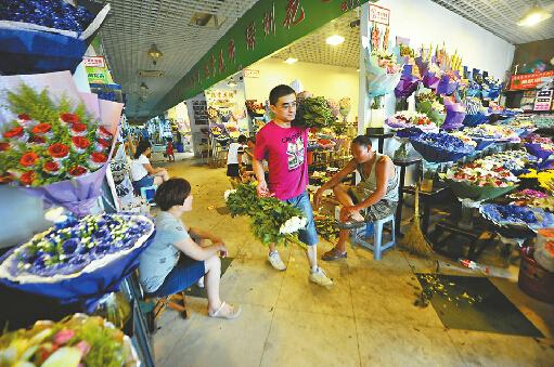 4日,顺河东街附近的花卉批发市场。 记者高歌 摄
