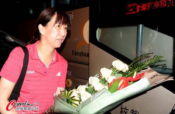 中国女排凌晨出发回京 赖亚文收到鲜花