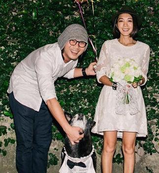 五月天贝斯手玛莎婚后晒照 手捧鲜花爱犬出境