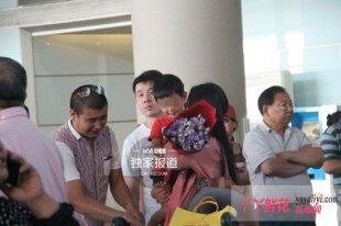 杨童舒老公与儿子首曝光 儿子乖巧懂事献鲜花