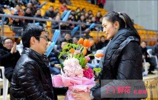 球迷代表送鲜花为隋菲菲庆生