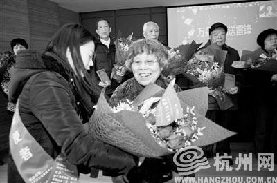 杭州:鲜花送雷锋