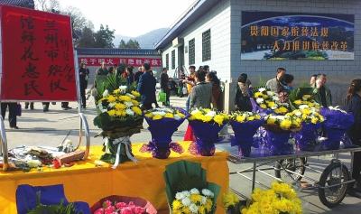 金城兰州刮起祭扫新风:鲜花祭亲人 幽香传哀思