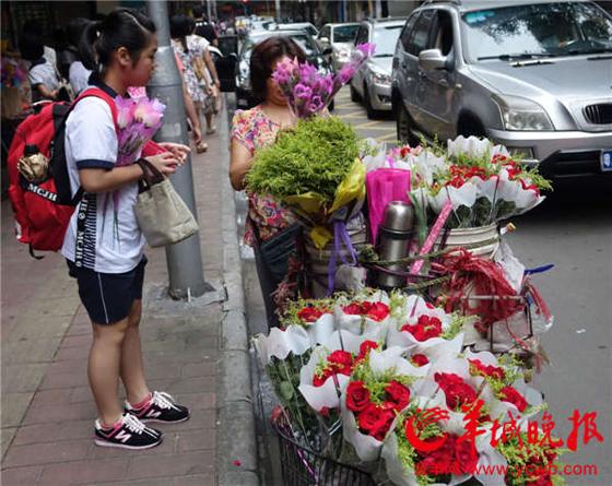 教师节鲜花满街 广州学生为老师送上节日祝福