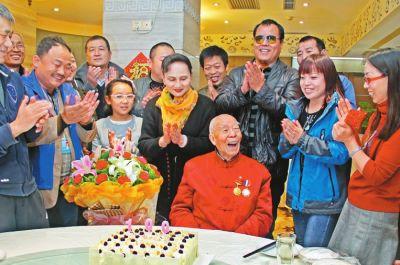 抗战老兵过百岁生日志愿者送鲜花蛋糕来祝寿
