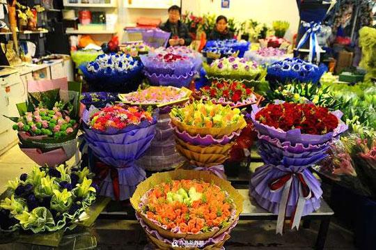 青岛鲜花市场迎来圣诞热卖季 99支装不到300元