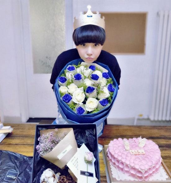 高晓松前妻28岁生日 手捧鲜花开怀大笑