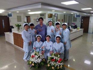 李泉腿伤复发住院手术 订鲜花拄拐与护士合影庆护士节