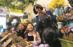 天津:佳节将至 鲜花送妈妈