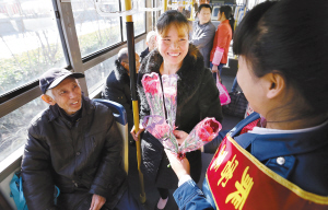 石家庄200多名公交志愿者为让座乘客送鲜花