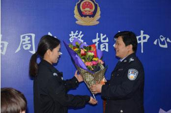 曲周:三八妇女节 鲜花慰问女民警