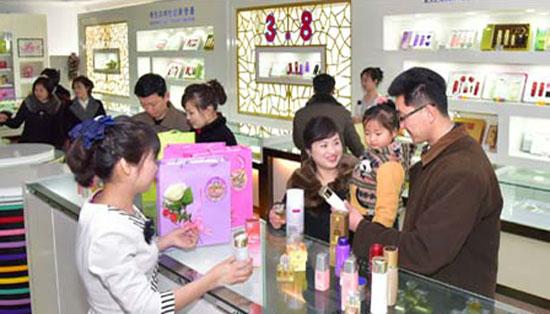 妇女节朝鲜男士购买鲜花化妆品 为爱人送上惊喜