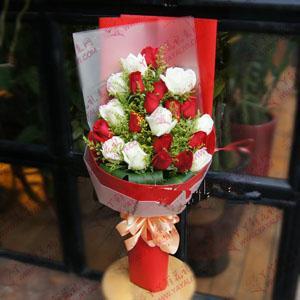 鲜花速递12支红玫瑰9支白玫瑰