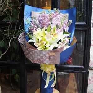 鲜花5枝双头百合配紫罗兰(迷人的微笑)