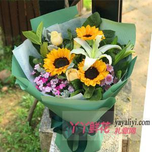 3朵向日葵3朵香槟玫瑰百合4朵雏菊适量