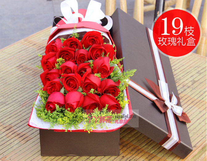燃烧的爱:19朵红玫瑰搭配黄莺草细节图展示