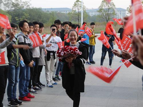 安庆师大50名男生手持玫瑰花集体告白只为同班女生庆生