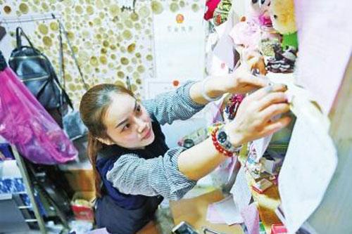 郑州卖花姑娘忙碌整夜包上万枝玫瑰 一天营收7万元