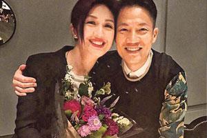杨千嬅与丁子高庆祝恋爱10年 鲜花蛋糕显甜蜜