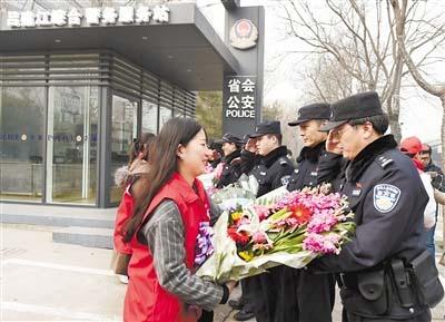 """石家庄举行""""鲜花送雷锋 善美在省城""""活动"""